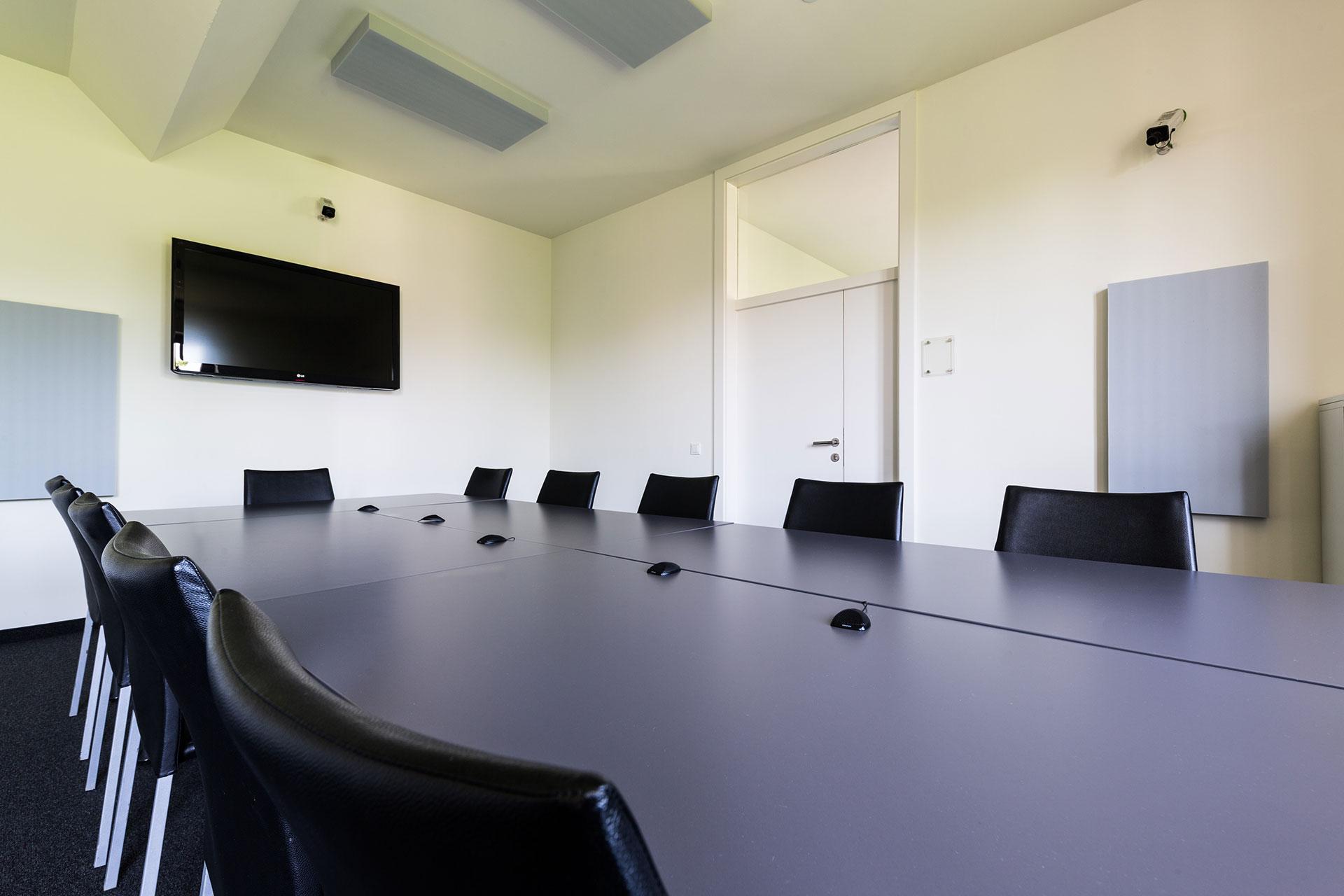 High-End-Multimediaraum, mit Audio- und Videotechnik (4 Kameraperspektiven), 52-Zoll-Monitor, inkl. Live-Übertragung in die Kundenlounge sowie around the world Live-Streaming-Möglichkeit